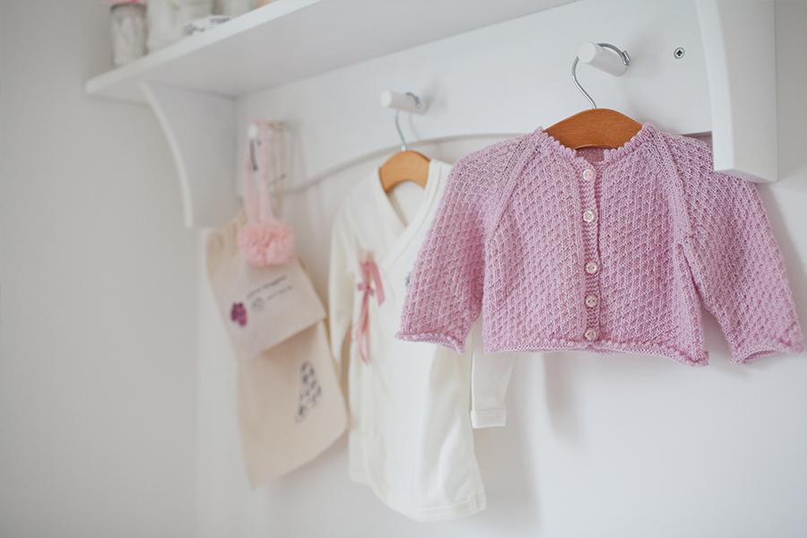 Ngoài chất vải, các mẹ hãy chú ý đến màu sắc quần áo sơ sinh của trẻ nhé