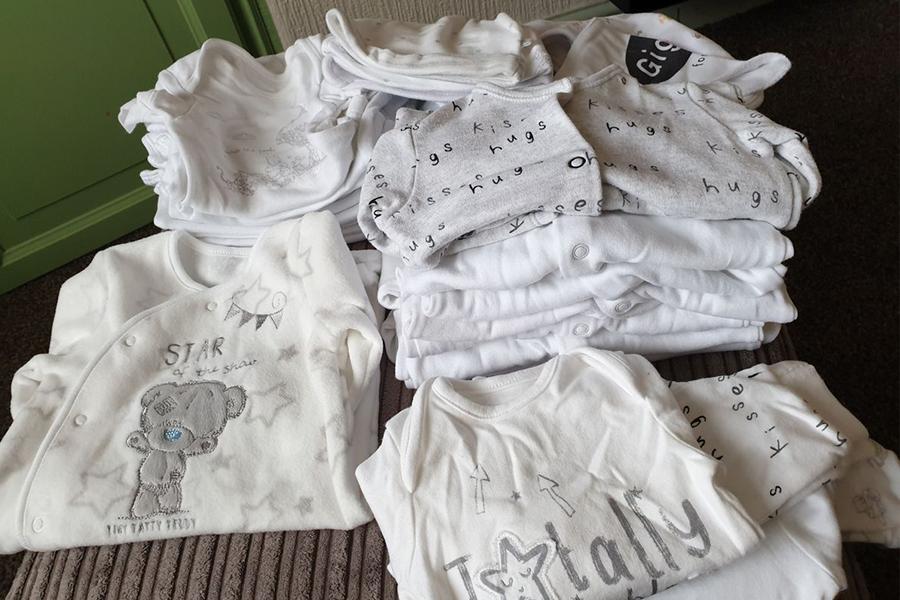Các mẹ nên lựa quần áo cho bé dựa theo kích thươc và chất liệu