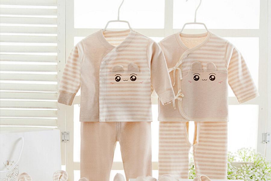 Các mẹ nên lựa chọn đồ sơ sinh màu sáng cho bé nhé!
